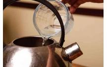 Cách tẩy nhanh cặn bẩn trong ấm, phích nước